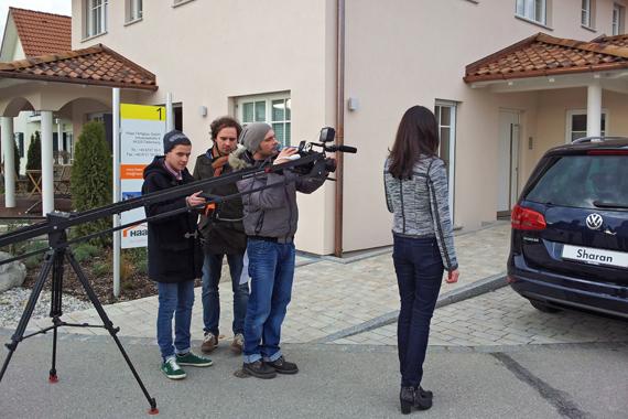 Bayerwald-Praktikant Fabian hilft der Crew von One4two beim Wechsel der Kameraeinstellung